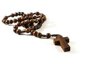 rosario de madera fondo aislado foto