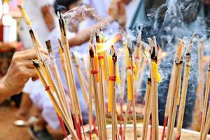 aligera el incienso y aligera la vela del budismo foto