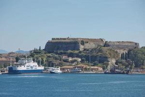 Iionion Lines ferry y el centro histórico con la fortaleza de la isla de Corfú en Grecia foto
