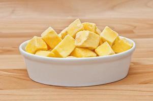 corte de mango cortado en cubos aislado foto