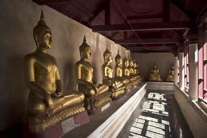 ciudad, país, mm dd, aaaa - estatuas de buda de oro en el templo foto