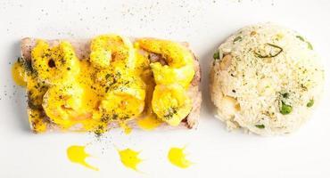plato de pescado frito en salsa de camarones con arroz foto
