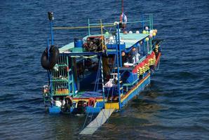 Barco psicodélico en un lago volcánico en Managua, Nicaragua foto