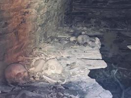 cráneos y huesos enterrados en tumbas funerarias anatori foto