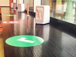 mesa con marcas rojas y verdes de distanciamiento social foto