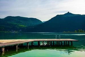 Pequeño embarcadero de madera en el lago Caldaro en Bolzano, Italia foto