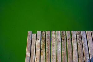 Muelle de madera en el lago Caldaro en Bolzano, Italia foto