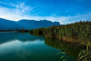Mañana en el lago Caldaro en Bolzano, Italia foto