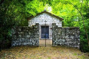 Antigua capilla en medio de los bosques de Chiusi della Verna, Arezzo, Toscana, Italia foto