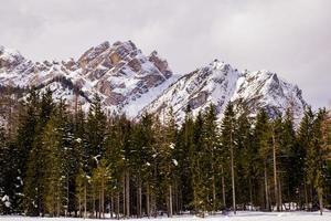 lago braies con los dolomitas cubiertos de nieve blanca foto