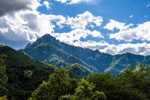 Hermosa vista de los Alpes alrededor del lago Ledro en Trento, Italia foto