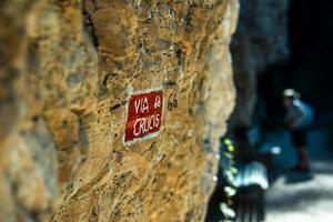 inicio de ruta para escaladores en el camino hacia el santuario de san romedio a fondo foto