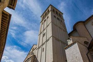 Campanario con cielo en Asís, cerca de Perugia durante un día soleado foto