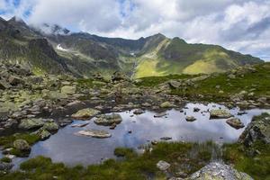 Pequeño lago alpino en los Alpes austríacos del Tirol foto