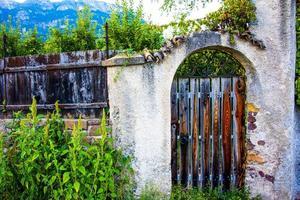 puerta de madera abandonada foto
