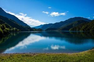 Lago Ledro en los Alpes en Trento, Italia foto