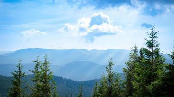 Panorama de las montañas de los Cárpatos de colinas verdes en la montaña de verano foto