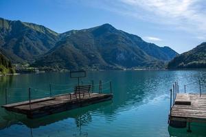 Lago Ledro en un día soleado de verano cerca de Trento, Italia foto