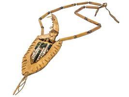 cuchillo de hueso indio con mango de huesos de zorro en un carcaj de cuero crudo decorado foto