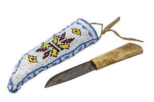 cuchillo indio con mango de hueso en carcaj bordado con abalorios foto