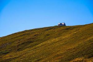 Cabaña en la cima del monte altissimo, Trento, Italia foto