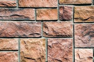 ladrillos de piedra rojiza unidos por cemento gris foto