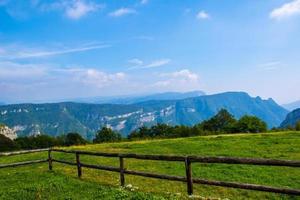 valla de madera y cielo azul foto