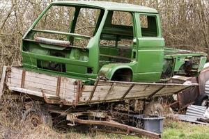 El cuerpo roto de una camioneta está de pie sobre un remolque agrícola foto