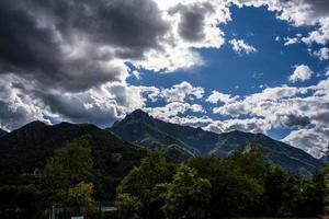 Alpes en el lago de Garda con nubes y árboles foto