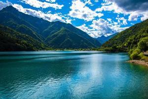 hermosa vista del lago ledro foto