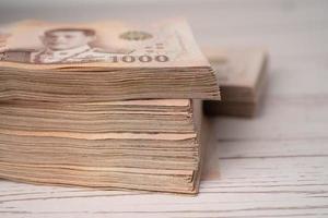 Pila de billetes de baht tailandés foto