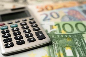 Calculadora sobre fondo de billetes en euros foto