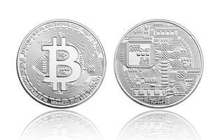 Moneda bitcoin de plata aislado sobre fondo blanco. foto