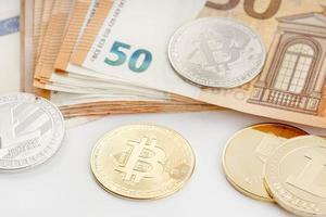 Grupo de monedas de criptomonedas y billetes en euros blockchain dinero versus concepto de dinero fiduciario foto
