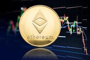 Ethereum coin y fondo de gráfico de cotizaciones con criptomoneda en caída de precios foto