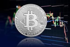 Fondo de gráfico de moneda y cotización de bitcoin con criptomoneda en caída de precio foto