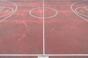 Cancha de juegos multideportivos con piso rojo envejecido foto