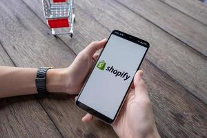 chiang mai, tailandia, 11 de mayo de 2019, mano de hombre sosteniendo oneplus 6 con pantalla de inicio de sesión de la aplicación shopify foto