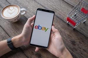 chiang mai, tailandia, 11 de mayo de 2019, mano de hombre sosteniendo oneplus 6 con pantalla de inicio de sesión de la aplicación de ebay foto