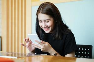 joven empresaria en una conferencia telefónica foto