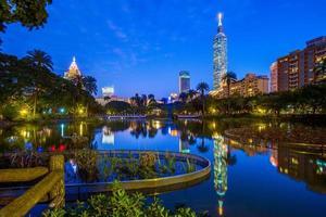 escena nocturna de taipei en taiwán foto