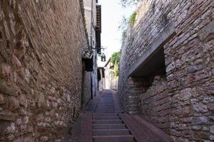el casco antiguo de asís con antiguas casas de piedra foto
