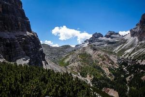 valle verde en los dolomitas foto