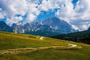 Picos de los dolomitas de cortina d'ampezzo en Belluno, Véneto, Italia foto