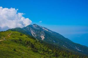 nubes sobre los picos de los alpes en el lago de garda foto