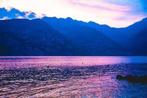 Reflexiones sobre el lago de Garda al atardecer foto