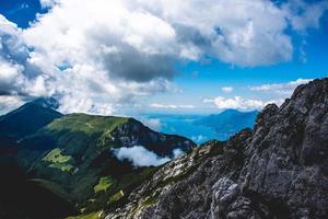 Vista del lago de Garda entre rocas foto