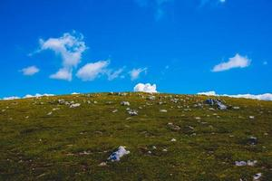 paisaje en el monte altissimo di nago en trento, italia foto