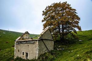 Edificio rural en las montañas de Lessini, cerca de Campofontana, Verona, Véneto, Italia foto