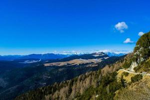 Horizontes de montaña y cielo con nubes. foto